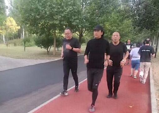 娱乐日志:朝阳公园周润发  与友人一起晨跑 一身黑衣动作潇洒