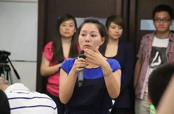 """综艺投资:海底捞创始人成中国餐饮首富 """"最牛服务员""""身价高达30亿"""