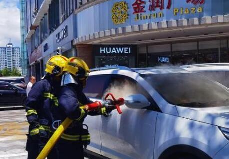 海南高温天来袭 三亚一汽车因后备厢手机配件燃烧